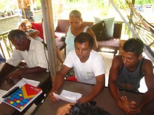 Membros da ACOTPRO fazendo um relatório financeiro